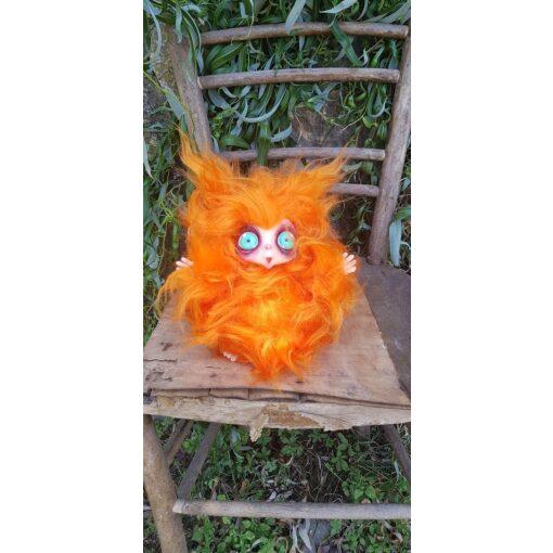 Peluche MicioMicio il Folletto che si traveste da gatto arancione con occhi azzurri