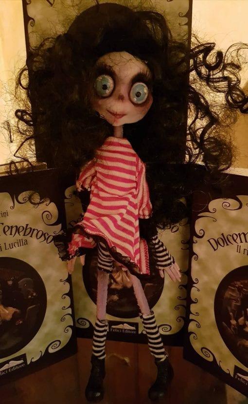 Bambola Bimba Zombie capelli neri vestito bianco/rosso