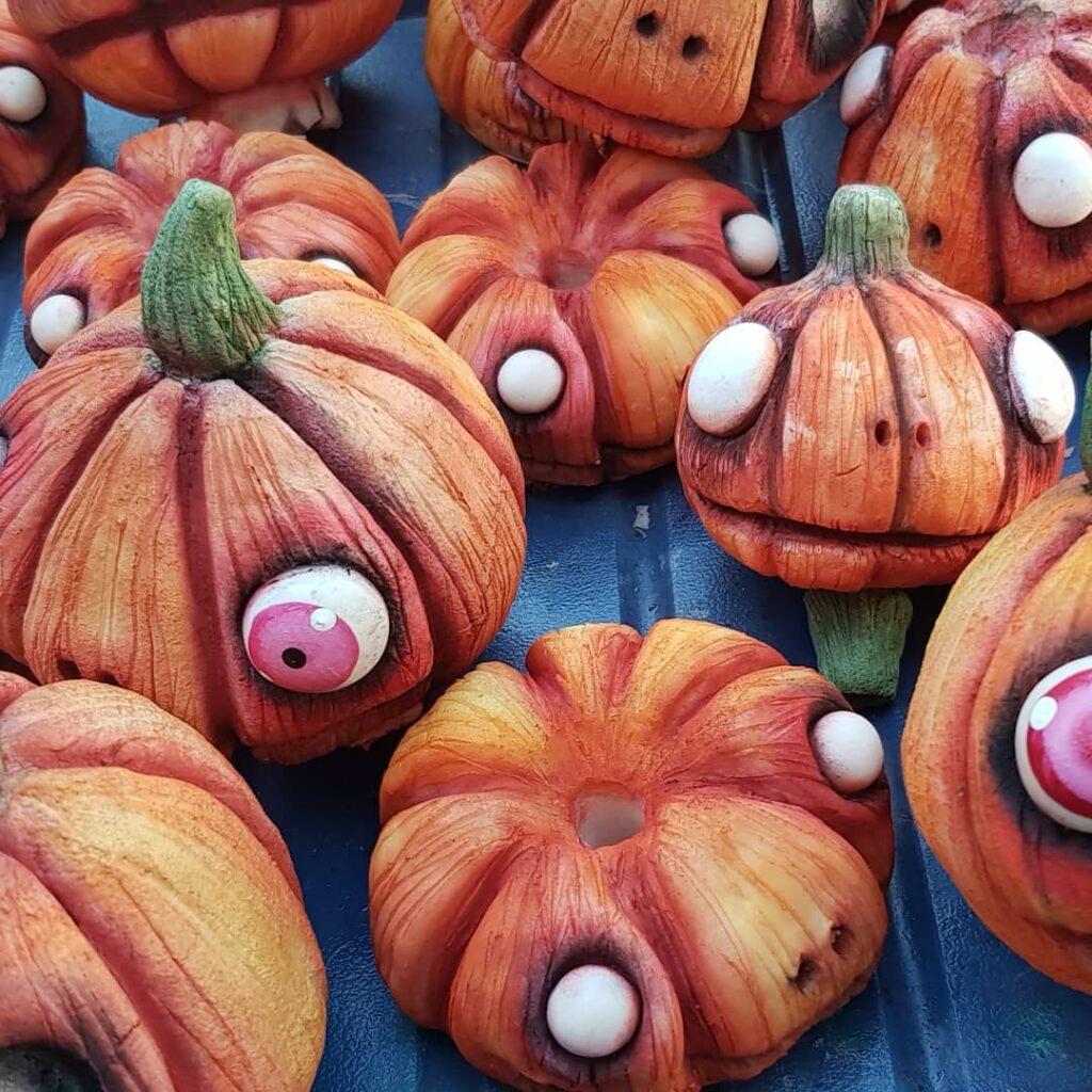 cagliostrino Zucche in preparazione...Samhain si avvicina!!!! ... dollmakers gothic halloween halloweendecorations handmade pumpkin wicca