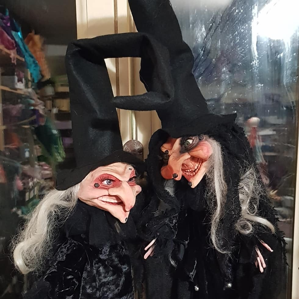 instablog Che dire... poi arrivano loro due... i cani si rifugiano sotto al tavolo guaendo... burattini burattino cartapesta fattoamano goticdolls halloweendecorations halloweendoll handmade luccacomics2019 magic puppet salem strega streghe wicca witch witchdoll
